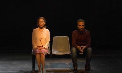 Los actores Muntsa Alcañiz y Pedro Mas, sentados en un banco en un momento de la representación