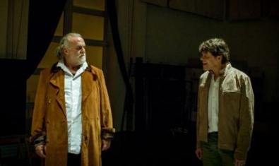 Els dos protagonistes discutint a l'escenari.