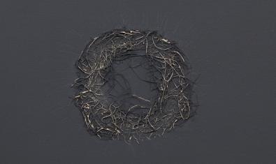 Una de les obres de l'exposició mostra una mena de corona feta de filferro
