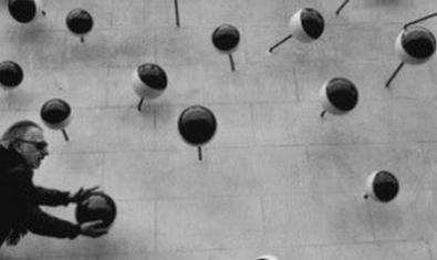 Frederic Amat posant bé una bola de la seva exposició.