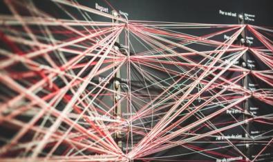 Tot de fils enllaçats entre si dins unes anelles.
