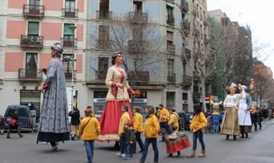 Los gigantes durante un pasacalles por Sant Antoni