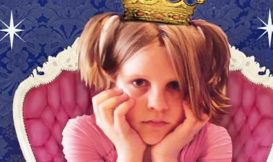 Fotografía del cartel. Una niña disfrazada de princesa rosa con cara de aburrida