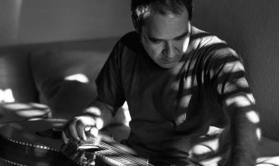 Retrato del artista Conrado Isasa con una guitarra