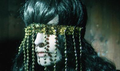 La intérprete, retratada con una diadema colgante que le cubre los ojos