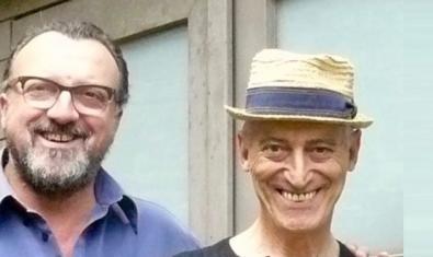 Retrat dels dos músics somrients un d'ells amb un barret de palla