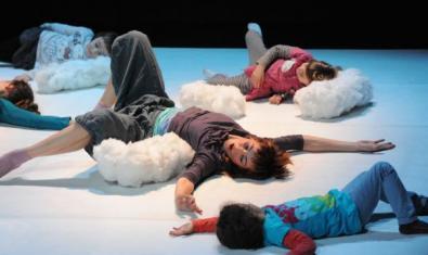 La Lola i tres nens estirats a terra.