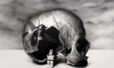 Uno del dibujos del artista muestra una calavera junto a un muñeco del film Star Wars
