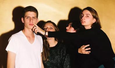 Retrato de grupo de las tres chicas y el chico que componen la banda