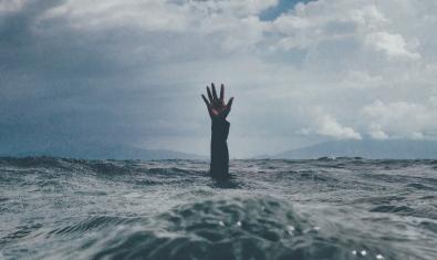 Imatge d'una persona que s'ofega al mar