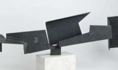 Escultura de ferro amb formes geomètriques