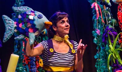 L'actriu amb el titella del peix irisat