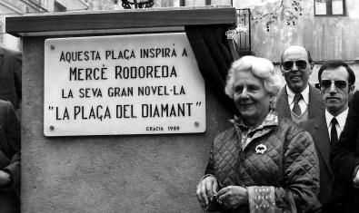 L'escriptora Mercè Rodoreda l'any 1980 a la plaça del Diamant, a Gràcia