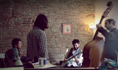 Els integrants de la banda amb els seus instruments musicals