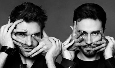 Retrat dels components del duet amb unes mans que els tapen la cara