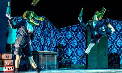 Fotografía del espectáculo, dos bailarinas con máscara de cocodrilo bailando en el escenario