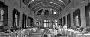 Una sala d'infermeria de l'Hospital de la Santa Creu i Sant Pau en un moment de la Guerra Civil