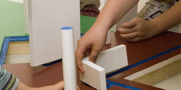 Construint la maqueta. © Fundació Joan Miró, Barcelona.  Foto: Pere Pratdesaba.