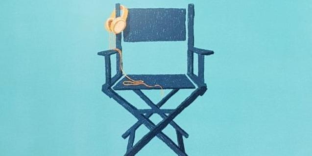 Cartel del festival que muestra una silla de director de cine