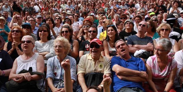 Un grupo de espectadores escuchan a un orador en uno dels curtos ganadores de 2016