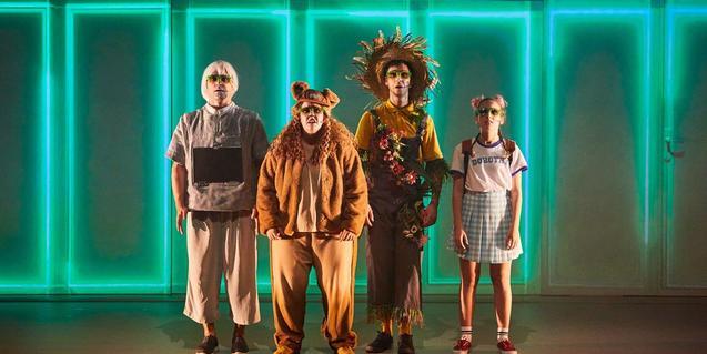 Els protagonistes de la funció retratats sobre l'escenari