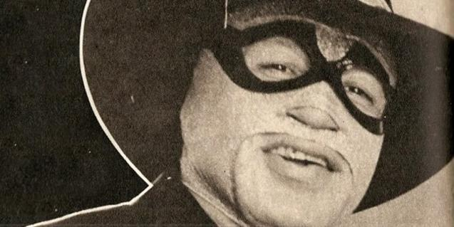 Un emmascarat amb barret, darrere el qual s'amaga la identitat real de Tito Ramírez