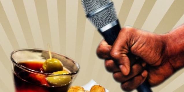 Un micro amb un got de vermut i unes patates fregides