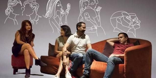 Els quatre actors protagonistes asseguts en un sofà i unes butaques