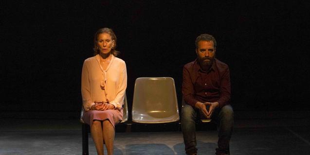 Els actors Muntsa Alcañiz i Pedro Mas, asseguts en un banc en un moment de la representació