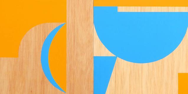 Una de las obras del artista muestra una abstracción geométrica en color azul y naranja