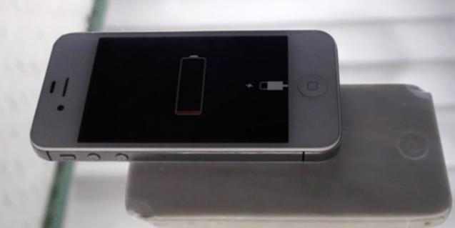 Fotografia de un teléfono móvil a punto de quedarse sin batería