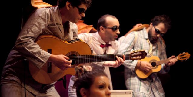 Fotografía con actores y músicos del espectáculo Acluca els ulls