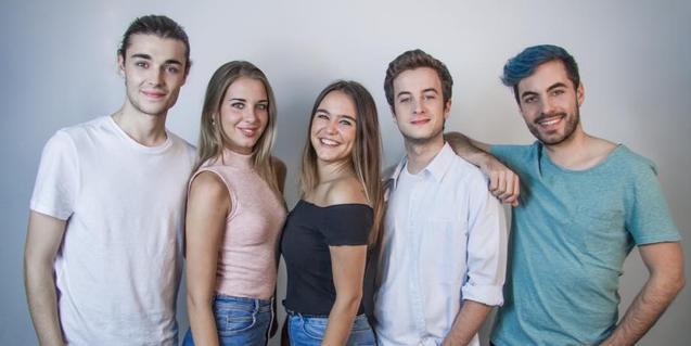 Retrat de grup dels cinc membres d'aquest grup vocal
