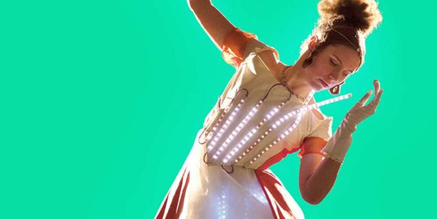 La performer vestida con un vestido de LEDs