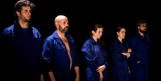 Los actores y actrices protagonistas vestidos con monos de trabajo