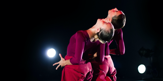 Una imagen del espectáculo de danza de Laia *Santanach donde se ven dos bailarinas arrodilladas y mirando hacia el cielo