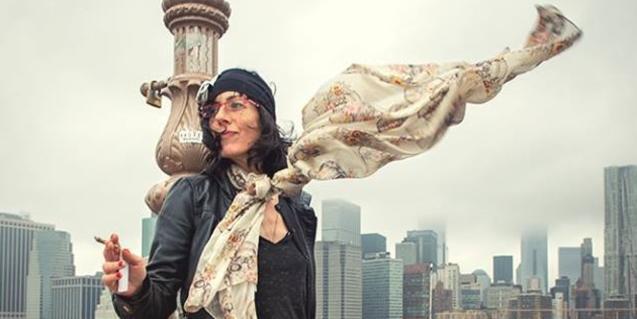 Una imagen de la micropoetisa Ajo con un paisaje de rascacielos de fondo