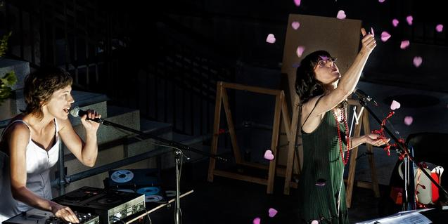 Les dues artistes una darrere el teclat i una altra amb el micro a la mà en plena actuació