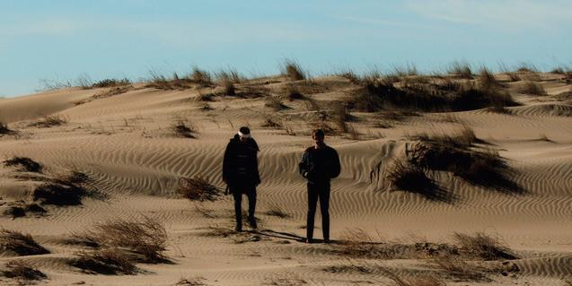 Els músics BeGun i Ocellot retratats en ple desert