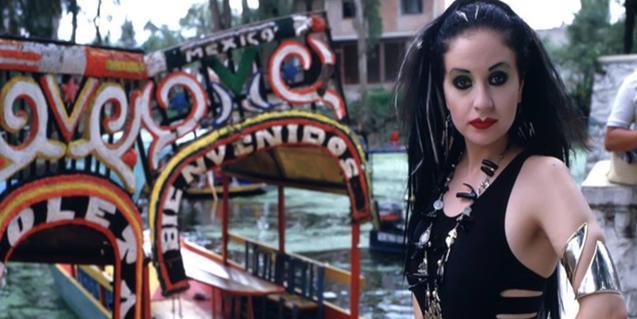 Retrat de la cantant Alaska en un embarcador