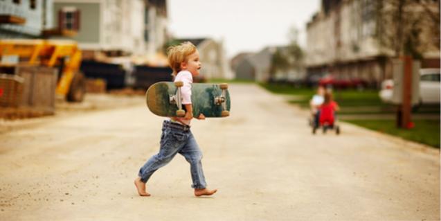 Fotografia de nen carregant un skate