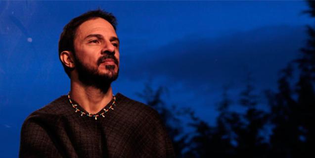 El cantautor colombià retratat a l'hora de la posta de sol contra un paisatge amb arbres