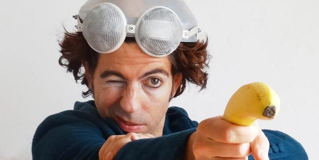 Un retrato del clown argentino Ale Risorio, apuntando a los espectadores con un plátano