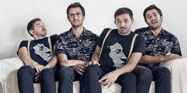 Doble retrato de los cantantes sentados en un sofá de manera que cada uno de ellos aparece duplicado