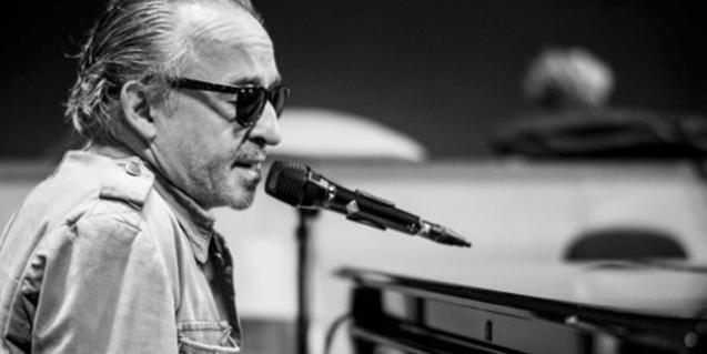 Retrato del músico en plena actuación y con unas gafas oscuras