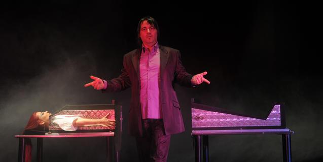 El mago Alis Kim en el escenario mostrando uno de sus trucos