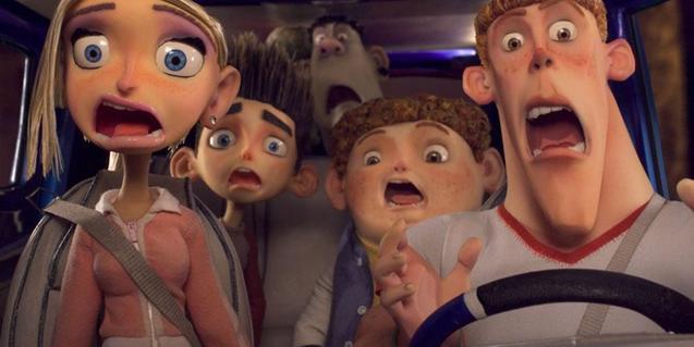 Fotograma de la pe·lícula on es veu una família dins d'un cotxe cridant
