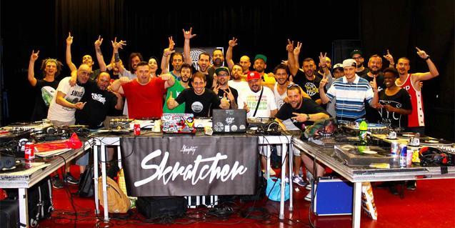 Los participantes en una de las últimas ediciones del encuentro retratados en grupo detrás de los platos y otros equipos de sonido