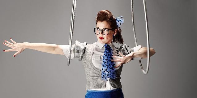 La artista y presentadora demuestra su habilidad extraordinaria con el hula-hoop