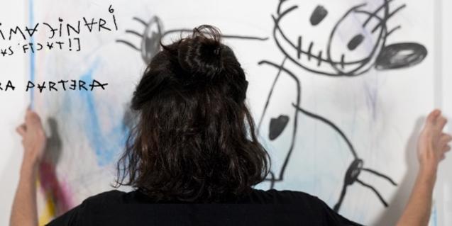 La artista retratada de espaldas ante una de sus creaciones